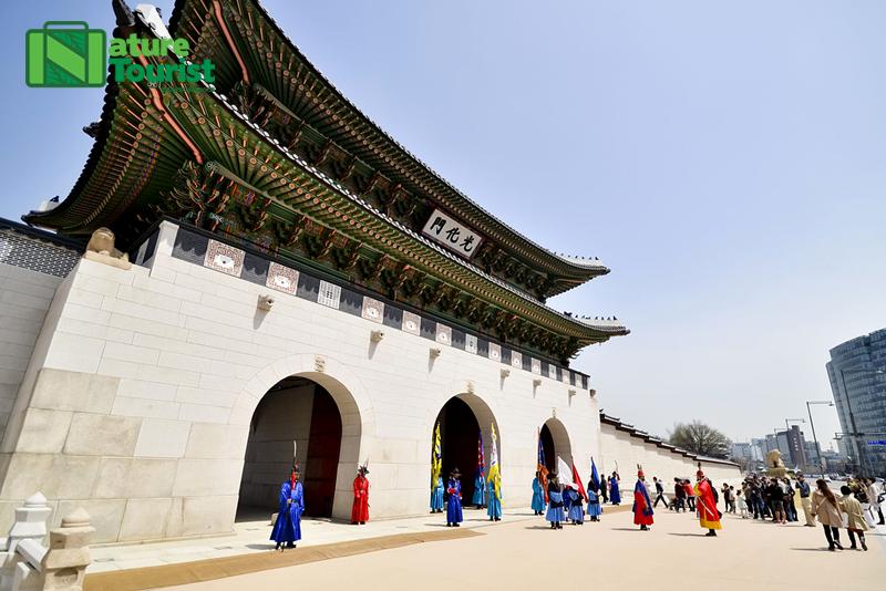 ve-dep-hoanh-trang-day-chat-lich-su-cua-quang-truong-qwanghwamun